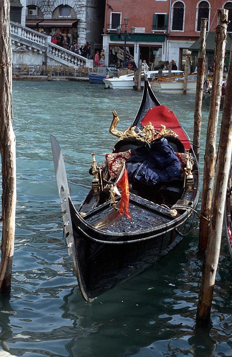 венеция красная лодка