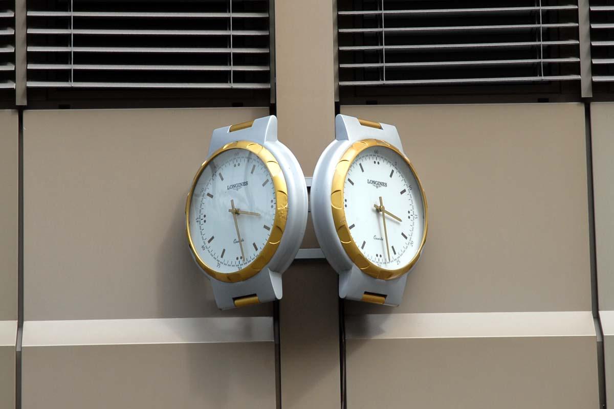 2 clocks j8z
